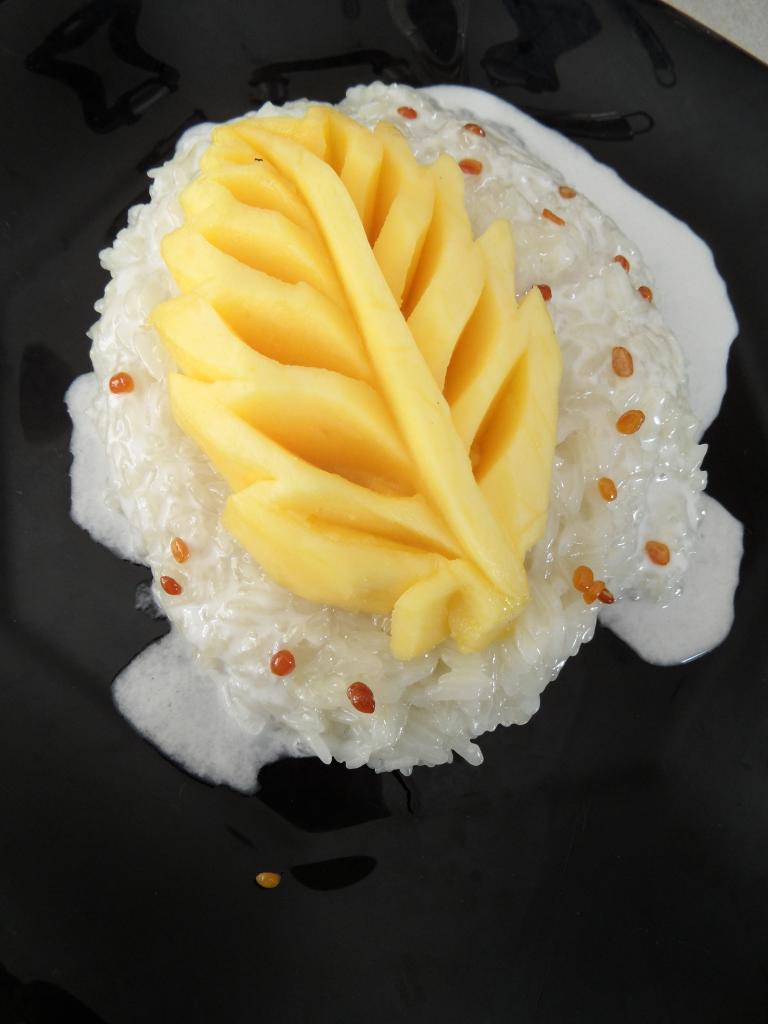 Mangue au riz gluant et lait de coco